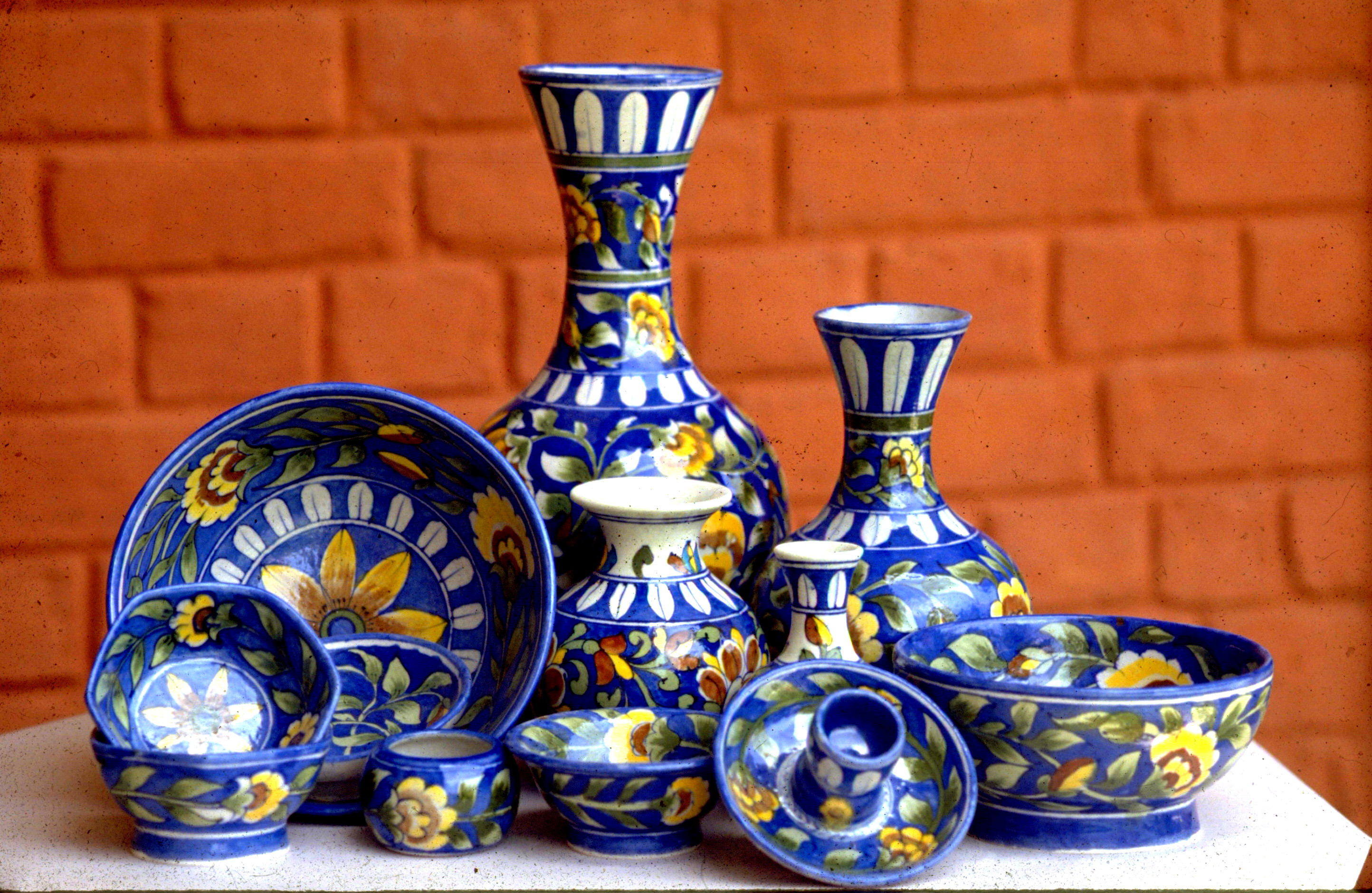 Decorating ideas for your sweet home swatz says for Decorating with blue and white pottery